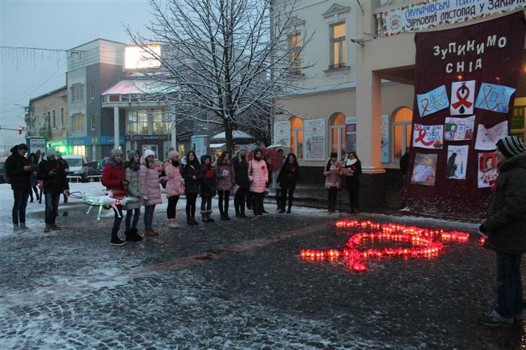 У Мукачеві відбувся флешмоб «Ні-СНІДу!»