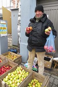 Як хустянин яблуками берегівчан годує