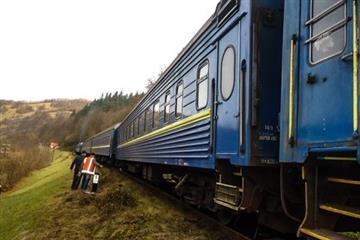 На Рахівщині два вагони потягу зійшли з колії
