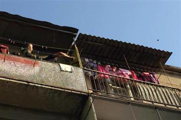В Ужгороді дворічна дитина ледь не випала з балкону