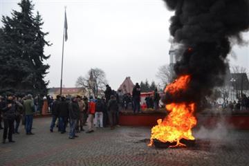 У Тячеві провокатори палять шини (ФОТО)