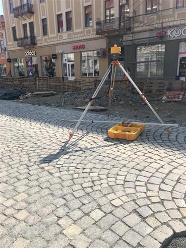 У центрі Ужгорода ставлять бруківку (Фото)